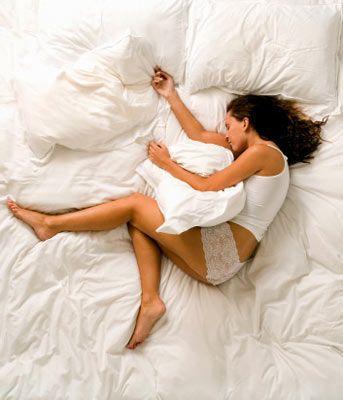 Seksi uyku sürprizi 1  Erkekler kadar olmasa da kadınlar da ateşli rüya görür!  Çoğunlukla erkekler kadar sık orgazm yaşama ihtiyacı olmasa da kadınların yüzde kırkı genelde gördükleri ateşli bir rüya esnasında heyecanlanıyor. Uzmanlar erotik bir fantezi esnasında, kalp atışının ve genital bölgedeki kan basıncının bir cinsel ilişki sırasında olduğu kadar hızlandığını söylüyorlar. Bu durum aynı gece içinde birkaç kez gerçekleşebiliyor ve ileride kadının orgazm yaşaması daha kolaylaşıyor.